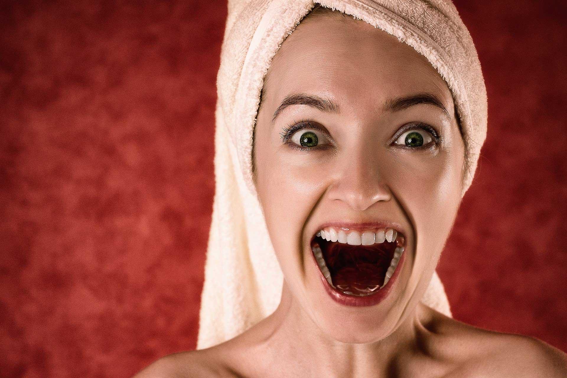 Schreiende Dame als Sujetbild zu Artikel über PR Berater